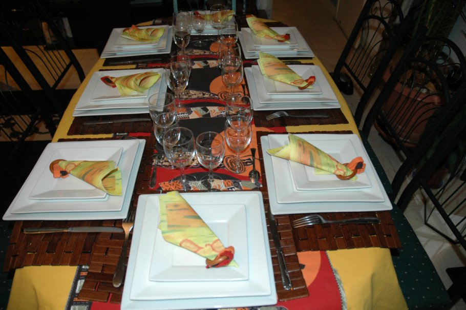 Une table qui attend les convives